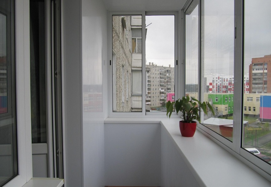 Балкон алюминиевый с выносом системы Provedal, обшивка пластиковыми панелями